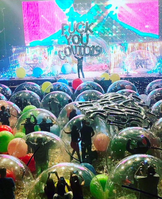 Flaming Lips stage U.S. rock concert in bubbles