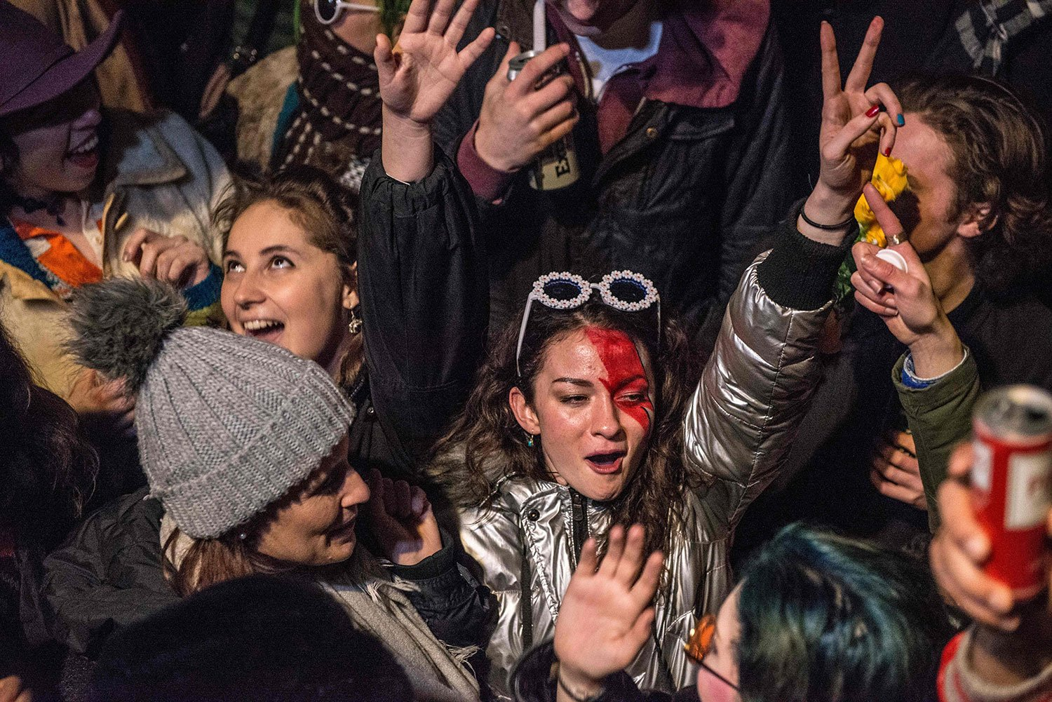 Crowds gather outside the Ritzy cinema in south London to pay homage to Bowie (Photo: CHRIS RATCLIFFE/AFP/Getty Images)