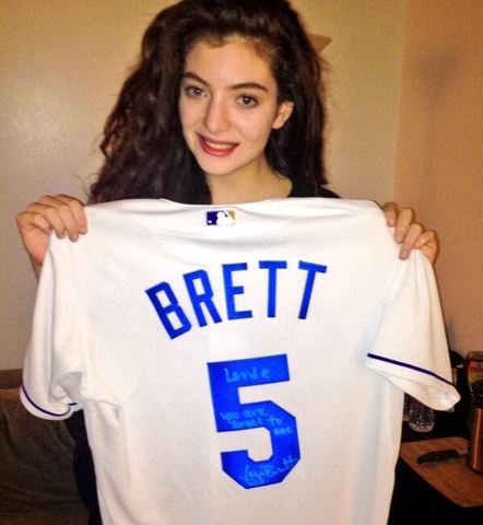 Image-Lorde-with-Brett-jersey